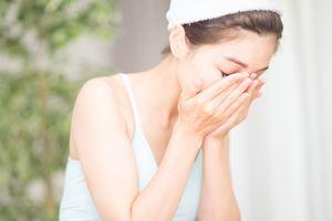 メイクはクレンジング剤を使用して、洗顔前にしっかりと洗い流す