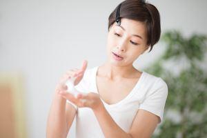 しっかりと洗顔石鹸を泡立て、濃密弾力泡を作る