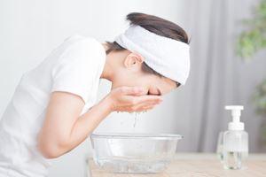 髪の生え際や耳の際、あごの下に泡が残らないよう、ていねいに泡を洗い流す